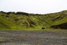 Hér er beygt úr Þakgili yfir hálsinn að Remundargili