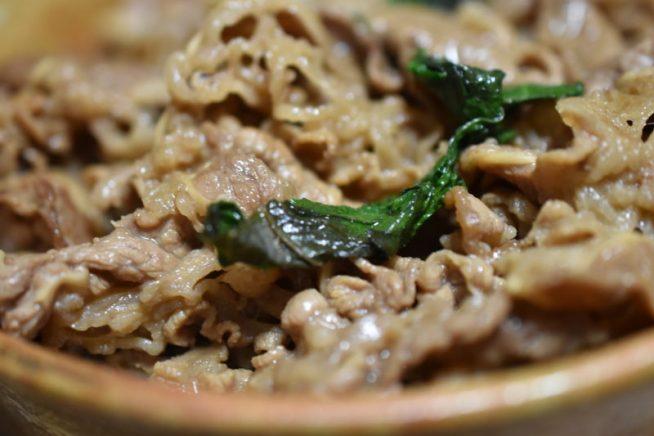 牛肉とシソの葉のバター丼