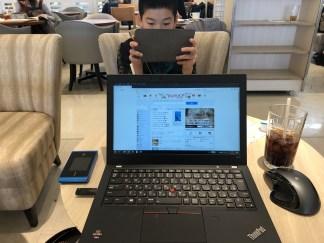 ノートパソコンとタブレットを操作する子ども