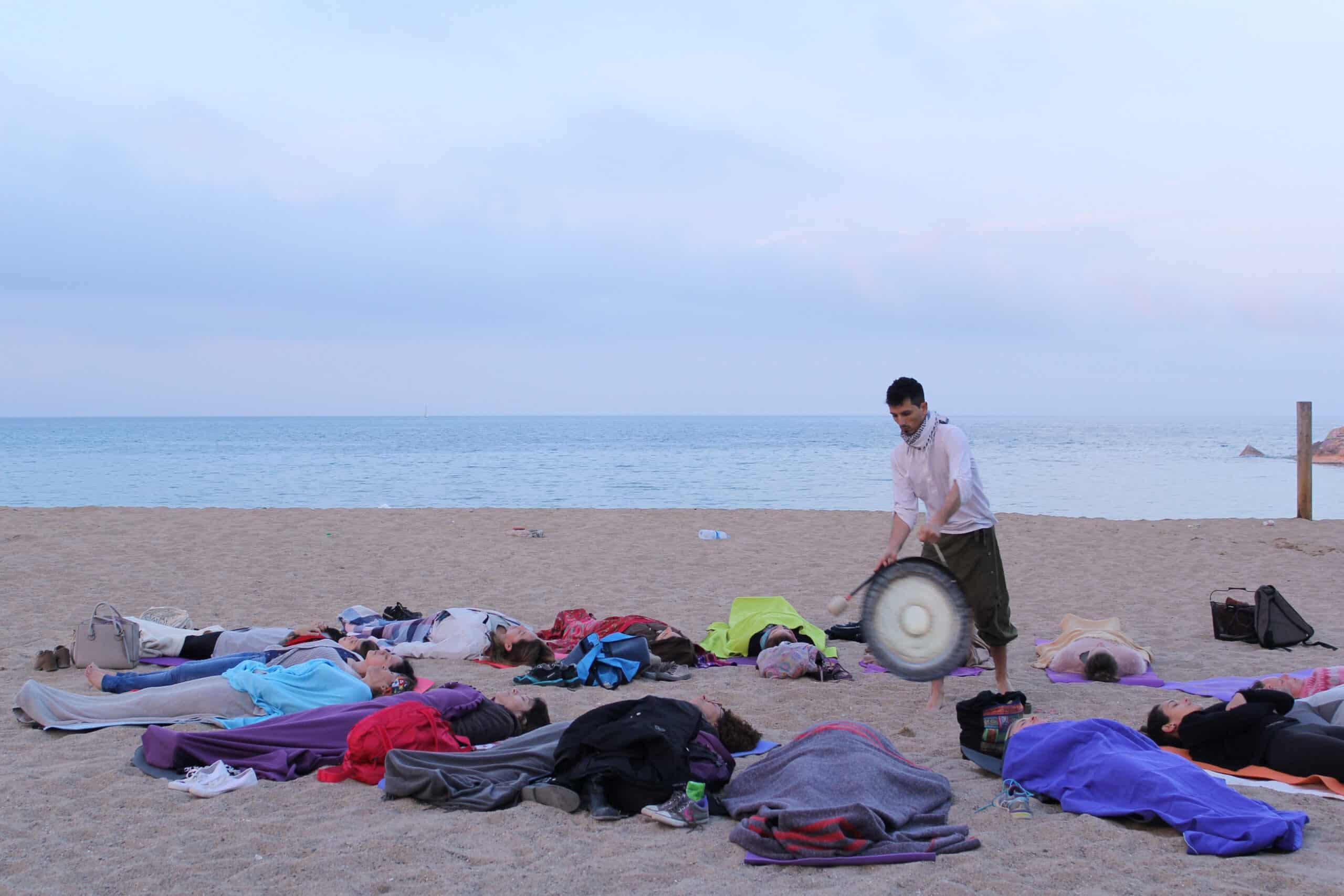 Gonzalo bolla tocando el gong, gong master, baños de gong en españa, baños de gong en barcelona, baños de gong en madrid, cantos armónicos, cursos online de cantos armónicos, terapia con gong, terapia con sonidos en españa, terapia con sonidos en madrid, cursos de terapia con sonidos, terapeuta de sonido, sound healing in spain, sound healing en españa, cuencos tibetanos,  retiros de yoga en españa, retiros de yoga en girona, retiros de yoga en cataluña, retiros de yoga y sonidos, retiros de yoga para la ansiedad y el estrés