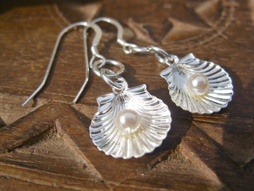 Scallop shell earrings with pearls