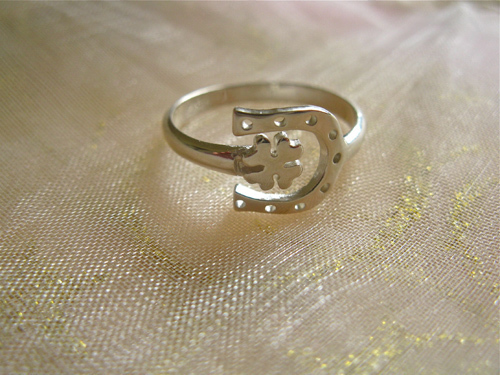 Horseshoe clover lucky ring