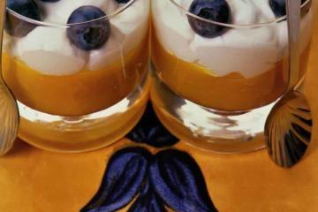 Коктейль-десерт с манго и черникой