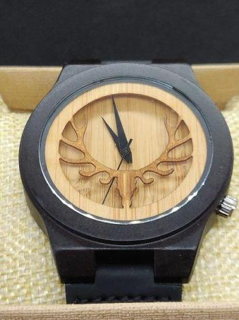 Hertengewei-houten-horloge