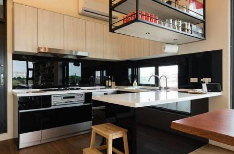 一應俱全的中島式廚房,包括12人份的餐具、鍋碗瓢盆、調味調、冷熱水、烤箱、電磁爐,享受大伙一同下廚的樂趣