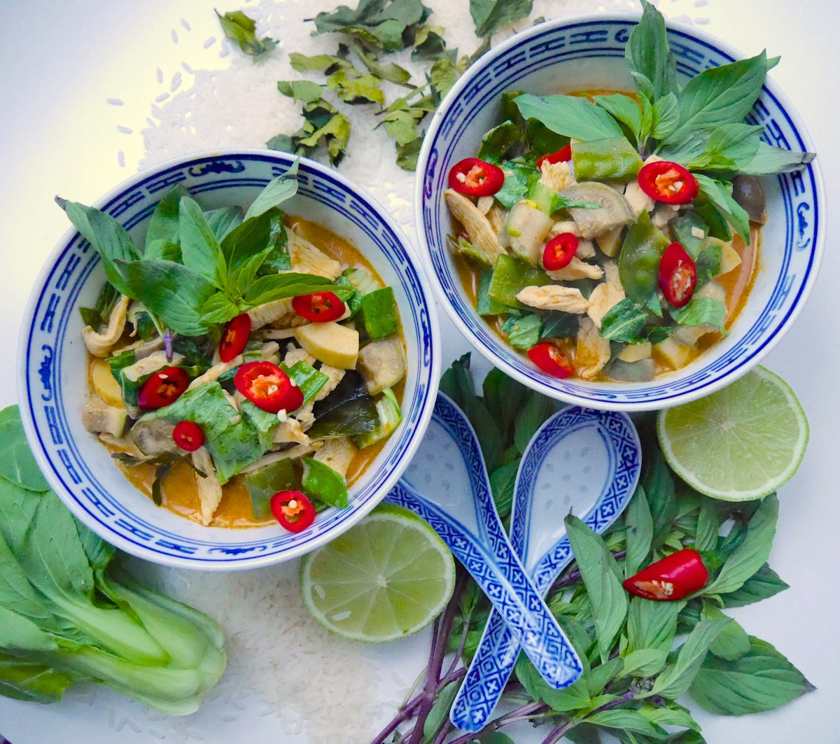 Gaeng Ped: Rotes Thai Curry mit Huhn, Bambusspitzen und Pak Choi