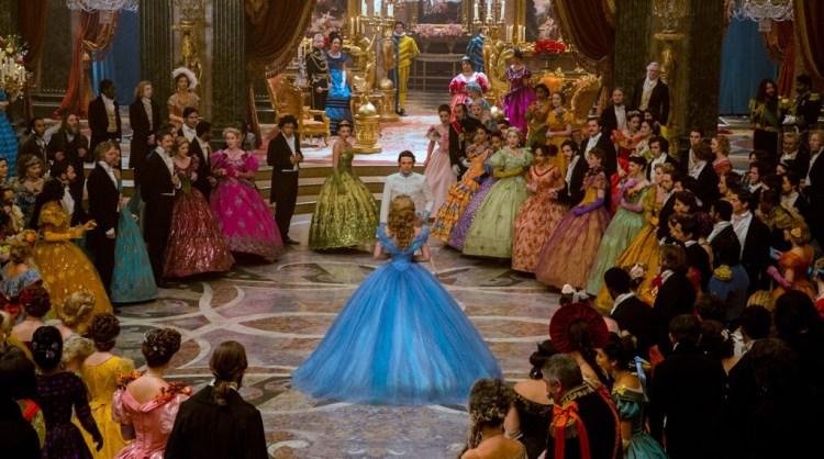 Review-Cinderella-2015-Review-Frozen-Cinderella-en-prins-dansen-op-het-bal