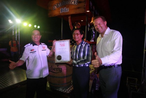 "YBhg Tan Sri Danny Ooi [left], Founder of the Malaysia Book of Records, presented Carlsberg Malaysia's Chairman of the Board Dato' Lim Say Chong [middle] and Managing Director Henrik Juel Andersen [right] with the award for Malaysia's ""First 6 Pedalist Beverage"
