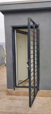 Instalación reja practicable en puerta terraza de Badalona