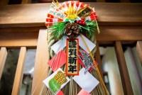 喪中のしめ縄や正月飾りは飾れる?初詣の神社は避け、お寺は良い?