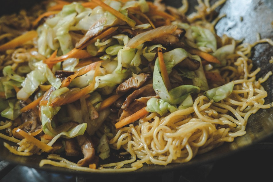 Mixed yakisoba in wok