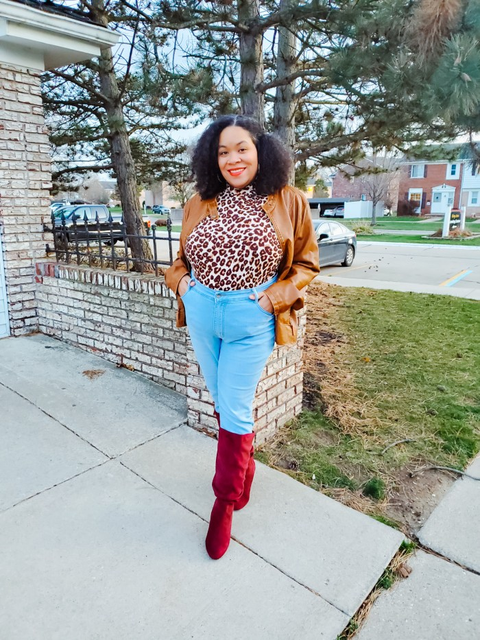Plus Size Fashion: Thanksgiving Outfit Idea (woman wearing fall fashion outfit)