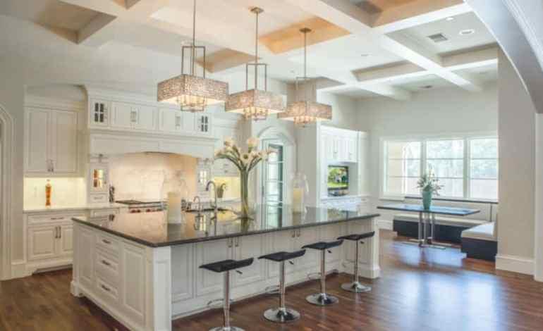 Interior Desain Meja Makan Dengan Lampu Gantung Dapur Putih