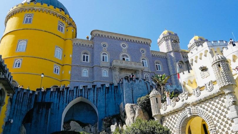 facade bleue et jaune du palais de pena a sintra