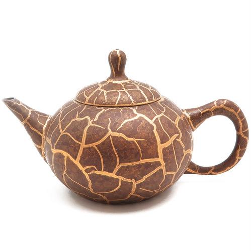 Тонкостенный глиняный чайник с золотой инкрустацией