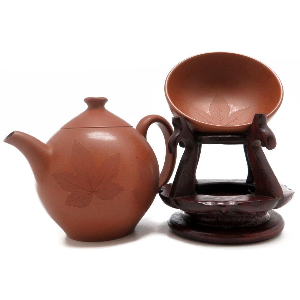 Глиняный чайник с отпечатками кленовых листьев