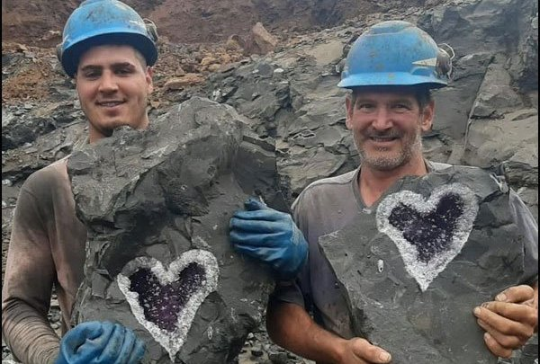 پتھر میں زمرد کا 'محبت بھرا دِل' برآمد