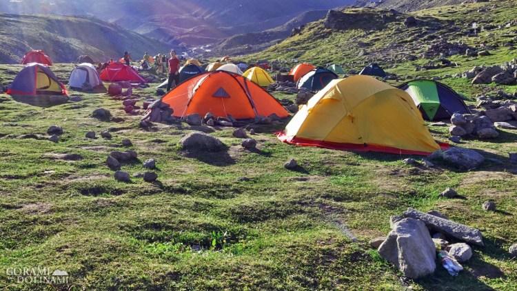 Miasteczko namiotowe na Sabardze