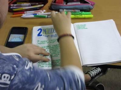 Participante tomando notas en el Taller Community Management para todos