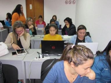 Participantes diseñando sus piezas en Canva
