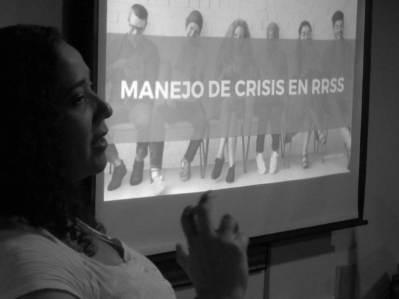 Aura Brito explicando Manejo de Crisis en Redes Sociales