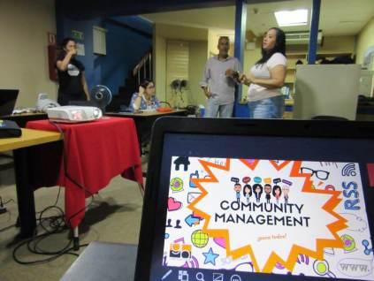 Aura Brito aclarando dudas en el Taller Community Management para todos