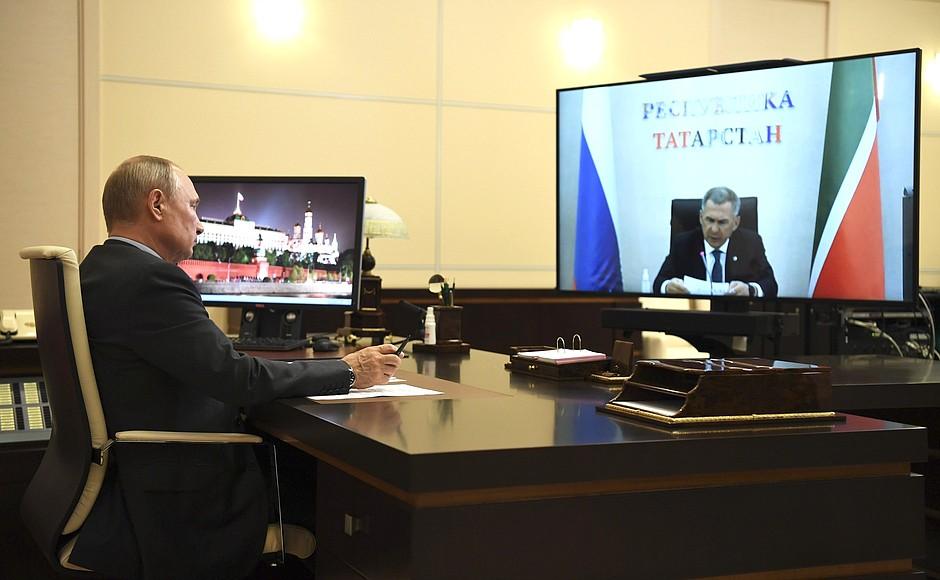 Встреча с главой Татарстана Рустамом Миннихановым (в режиме видеоконференции). Фото: kremlin.ru