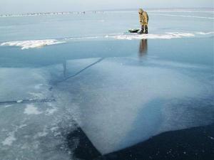 Лед на Селигере небезопасен!