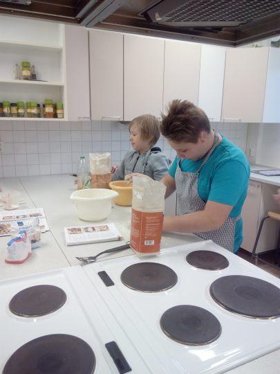 pieczenie chleba na lekcji gotowania