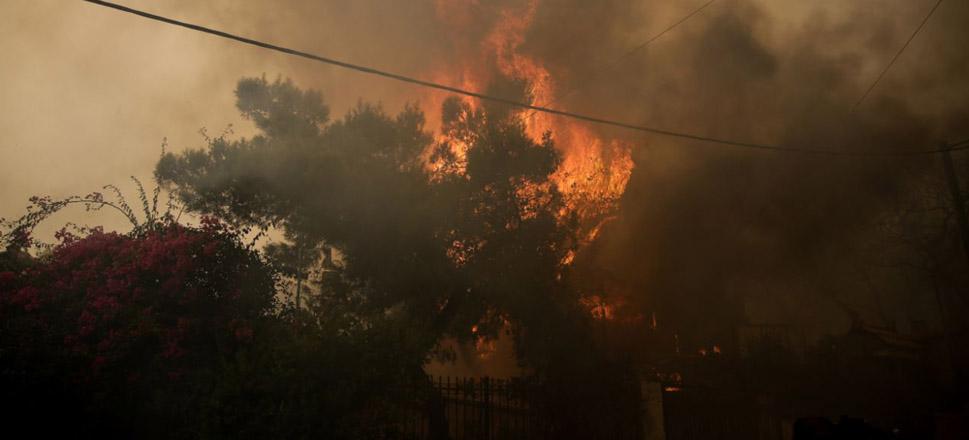 «Πύρινος εφιάλτης» στην Κινέτα – Εκκενώθηκαν οικισμοί, καίγονται σπίτια
