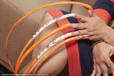 nails2 400x267 - Photos: Woman Spends 23Years Growing The World's Longest Fingernails With A Total Length Of More Than 18ft