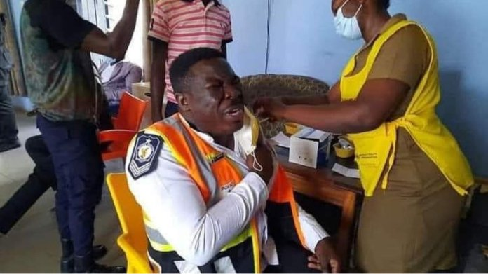 A police officer spottedcrying like a baby While receiving the C()VID-19 vaccine 2