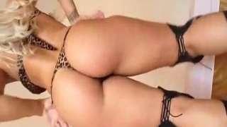 Loira bunduda gostosa exibindo sua bunda da webcam