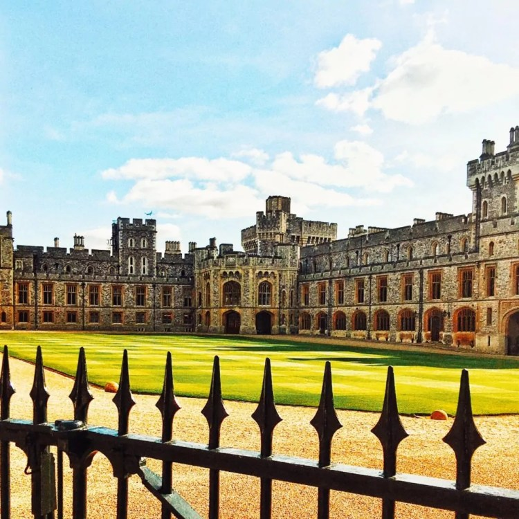 Using the spikes of the fence in the foreground to create layers at Windsor Castle