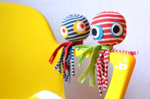 The Soctopus is a fun pint-sized sock octopus that's easy to make and sure to put a smile on your face. -Sewtorial