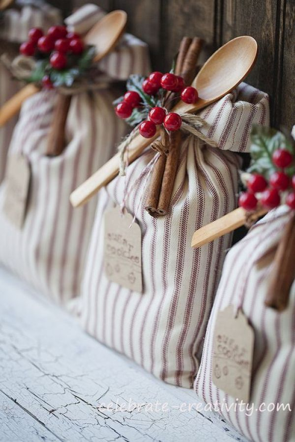 With the holidays just a few months away, it's not too early to begin thinking about gift ideas. Here's a fun cookie sack DIY idea from Celebrate Creativity. -Sewtorial