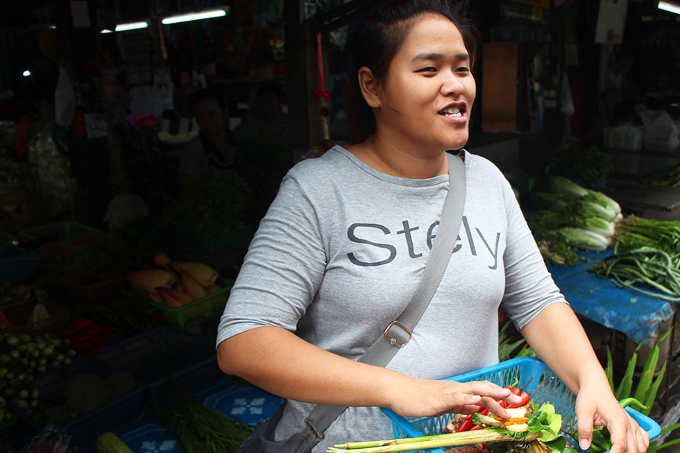Our host Pear giving us a tour on the local market - Cooking class in Chiang Mai