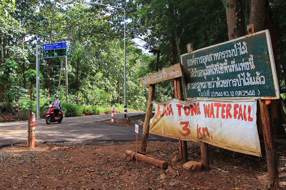 Signs leading to Bua Thong Waterfalls