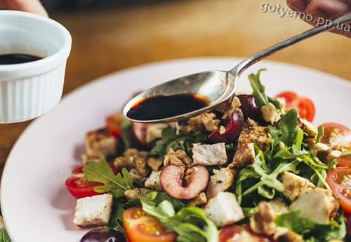 Салат з черешнею і курячим філе