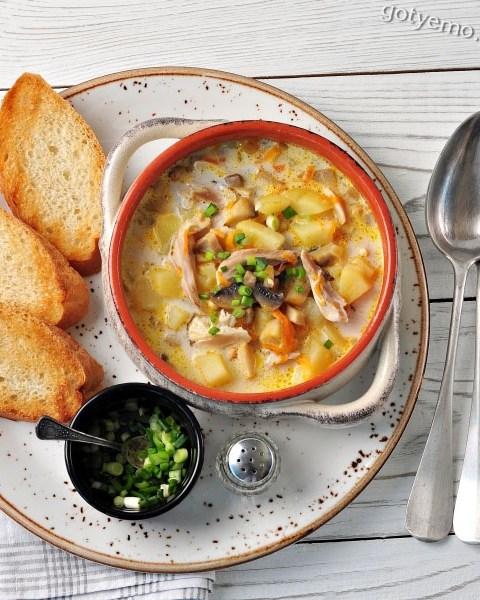 Сирний суп з грибами і куркою