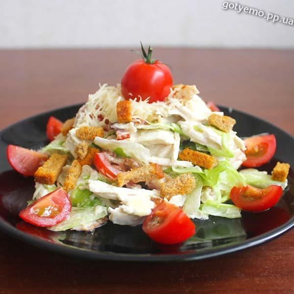 Салат з куркою, беконом і сухариками