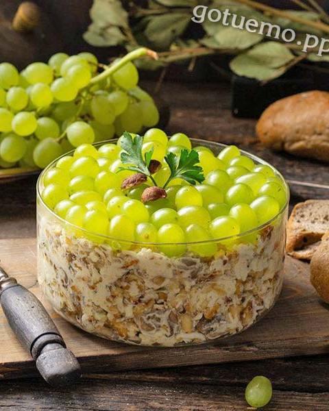 Пряний салат з виноградом