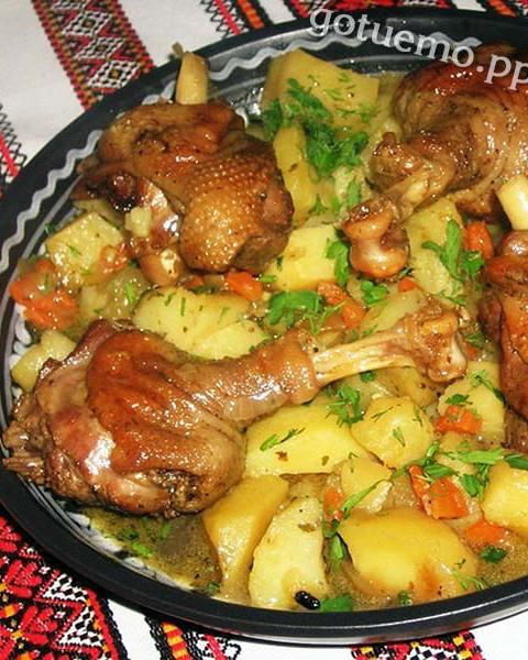 тушена гуска з картоплею