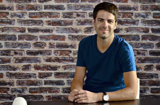 Nicolas Ferrary en T-shirt col V GoudronBlanc