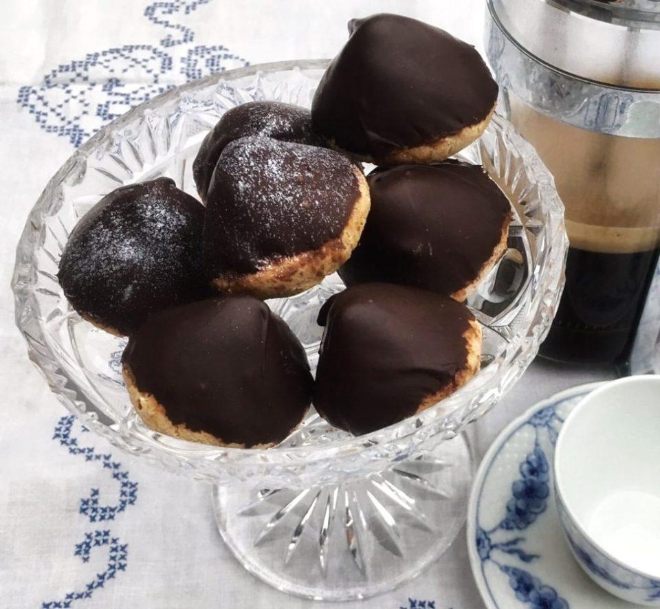 Mini Sarah Bernhard cakes with macarons and dark chocolate mousse
