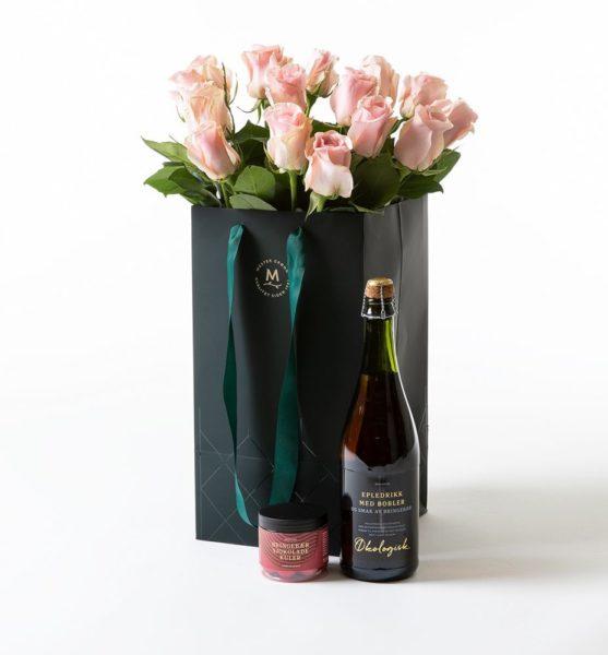Send blomster på døra - Rosa roser i gavepose med bobler og sjokolade