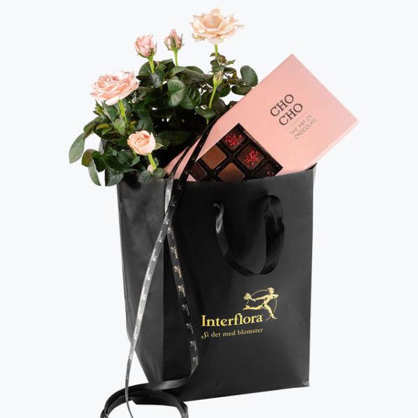 Gavepose med sommerblomster og deilig sjokolade til en du er glad i.