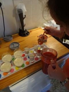 Dressage des Panna cotta à la fraise et à la coco