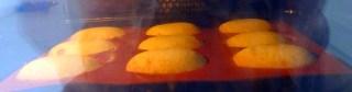 Madeleine coque au chocolat dans le four plat