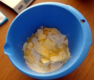 Farine et beurre pour la pate sablée de la tarte banane chocolat au lait